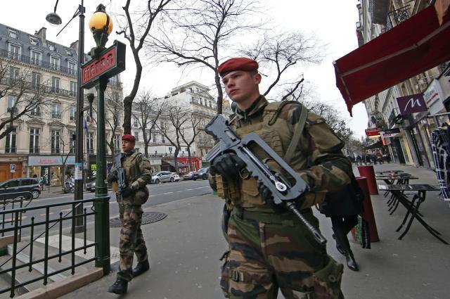 大晦日、パリの大通りを警戒する武装した治安部隊=2016年12月31日