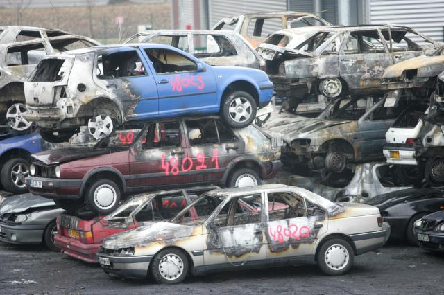 フランス北東部ストラスブールで、「年越し放火」の被害にあった車両が積み上げられた=2009年1月1日