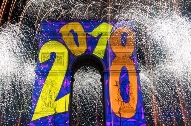 パリの凱旋門では年明けとともに花火が上がり、「2018」の数字でライトアップされた=2018年1月1日