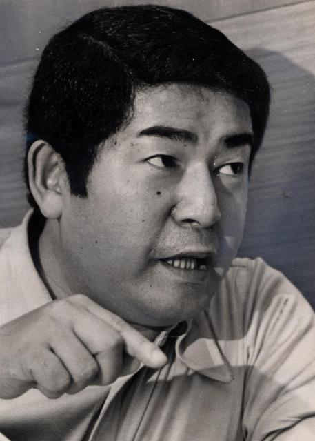 「おんな船頭唄」「達者でナ」などのヒットで知られ、昭和30年代の日本の歌謡界をリードした歌手、三橋美智也。写真は1970年代。