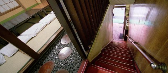 老舗洋食屋「グリル・グランド」、客が逃げる裏階段/浅草寺=東京都台東区、2004年1月23日