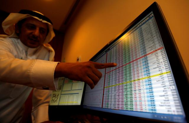 サウジアラビアの首都リヤドで株価の値動きをチェックする人=2017年11月6日