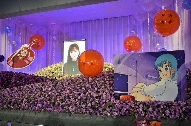鶴さんの好きだった紫を基調とした祭壇。ブルマとドキンちゃんのパネルも飾られた
