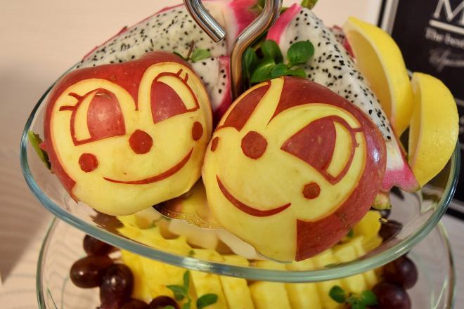 皮をドキンちゃんに細工したリンゴなど、アンパンマンやドラゴンボールの世界観にあふれた食事がふるまわれた