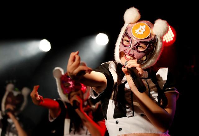 都内で初ライブをしたアイドルグループ「仮想通貨少女」=2018年1月12日