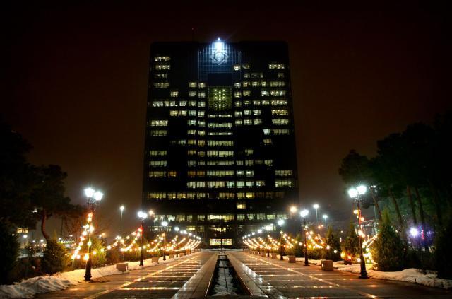 イランの首都テヘランにあるイラン中央銀行=2006年1月23日