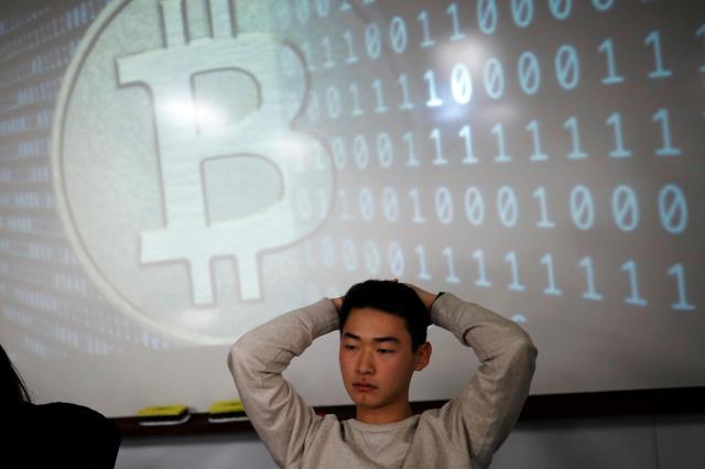 ソウルにある大学の「仮想通貨サークル」で、ビットコインなどについて学ぶ学生=2017年12月29日