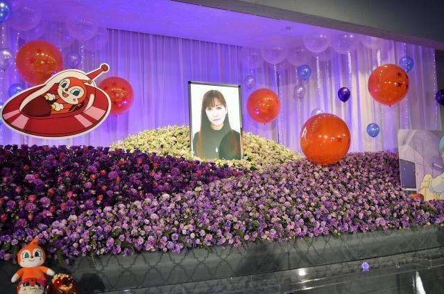 鶴さんの好きだった紫を基調とした祭壇。ドキンちゃんとブルマのパネルも飾られた