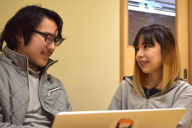 「ギフテッドアカデミー」の河崎純真代表と講師陣について話をした=高野真吾撮影