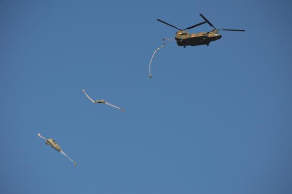 陸上自衛隊第1空挺団との合同訓練でCH47ヘリコプターから次々と跳び出すアラスカ駐留の米陸軍兵ら=1月12日、千葉県の習志野演習場