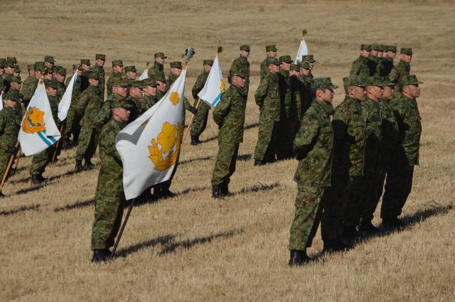 「降下訓練始め」を終え、小野寺防衛相の訓示を受ける陸上自衛隊第1空挺団の隊員たち=1月12日、千葉県の習志野演習場