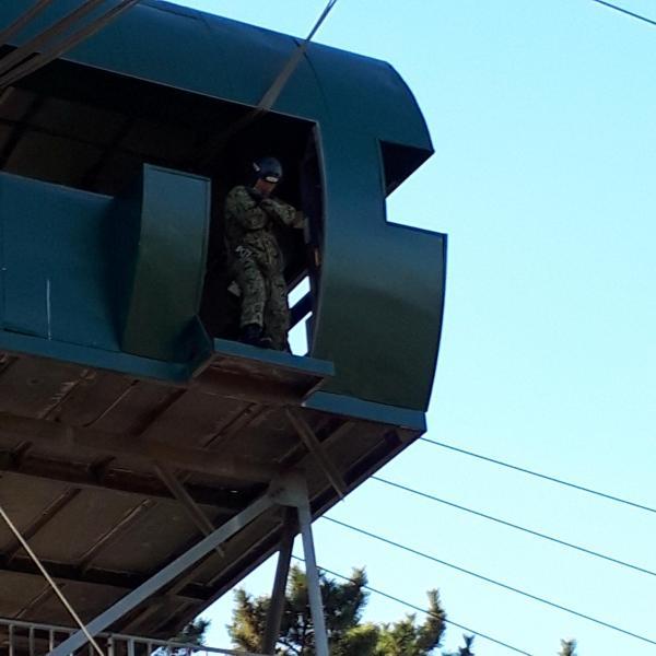 跳出塔訓練を体験する記者たちに手本を示すため跳ぶ直前の第1空挺団員=1月12日、千葉県の陸上自衛隊習志野駐屯地