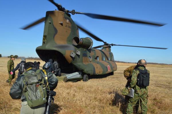 陸上自衛隊のCH47ヘリコプターに乗る記者たち。同乗する空挺隊員らが上空で跳び出す様子を取材する=1月12日、千葉県の陸上自衛隊習志野演習場