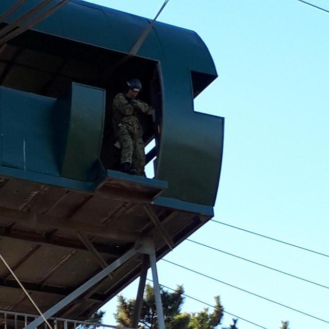 跳出塔訓練を体験する記者たちに手本を示すため跳ぶ直前の空挺隊員=1月12日、千葉県の陸上自衛隊習志野駐屯地