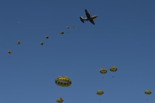年始恒例の陸上自衛隊第1空挺団「降下訓練始め」で、航空自衛隊のC130輸送機などから続々と降下する空挺隊員たち=1月12日、千葉県の習志野演習場