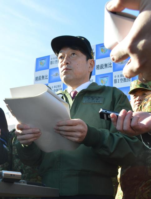 「降下訓練始め」を視察後、第1空挺団が離島防衛で果たす役割を記者団に語る小野寺防衛相=1月12日、千葉県の習志野演習場