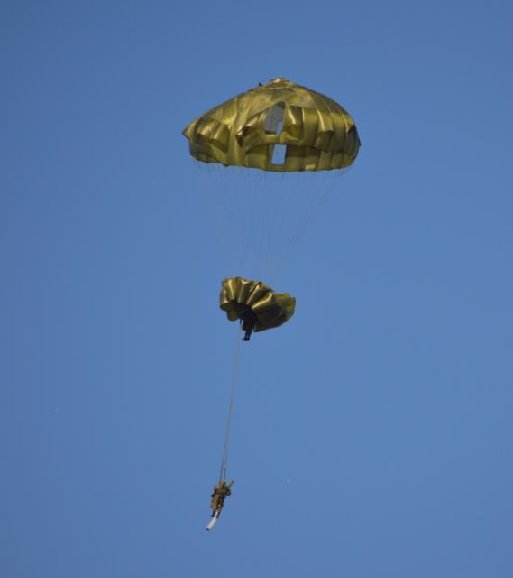 降下訓練中、下の隊員のパラシュートが上の隊員に絡まって開かず、上の隊員のパラシュートに二人がぶら下がる形になった=1月12日、千葉県の習志野演習場
