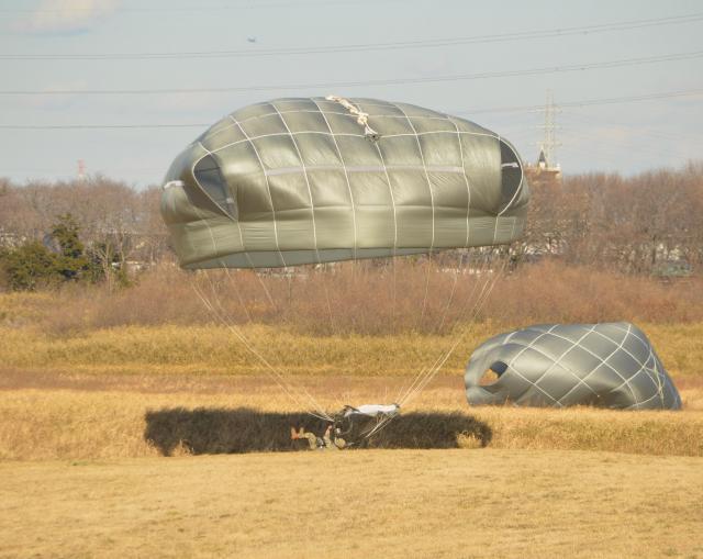 訓練には沖縄駐留の米陸軍特殊部隊「グリーンベレー」も参加した。衝撃を和らげるため転ぶように着地する特殊部隊の隊員=1月12日、千葉県の陸上自衛隊習志野演習場