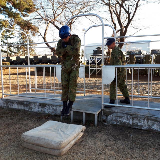 パラシュート降下の跳び出し動作を地上で反復する「模擬扉訓練」をする空挺隊員=1月12日、千葉県の陸上自衛隊習志野駐屯地