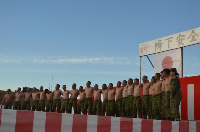 年始恒例の降下訓練を終え、「野宴」会場で肩を組んで軍歌「空の神兵」を歌う陸上自衛隊第1空挺団の隊員たち=1月12日、千葉県の習志野演習場