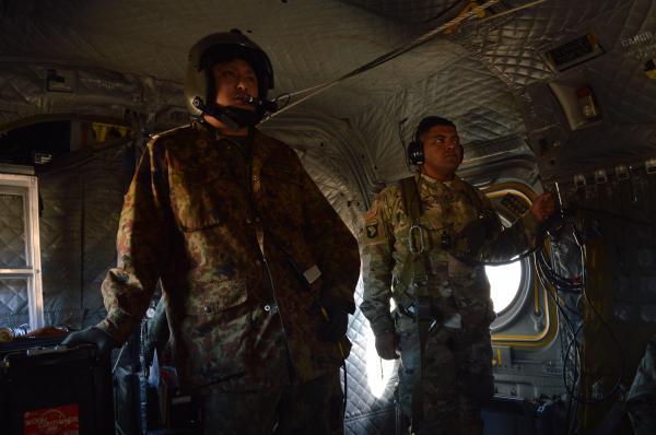 降下訓練のため陸上自衛隊の第1空挺団を乗せ上昇するCH47ヘリコプターの機中。合同訓練をする米陸軍の兵士(右)もいる=1月12日、千葉県の習志野演習場
