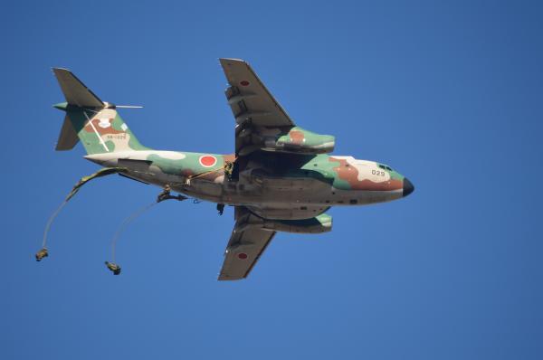 航空自衛隊のC1輸送機から続々と跳び出す空挺隊員たち=1月12日、千葉県の習志野演習場