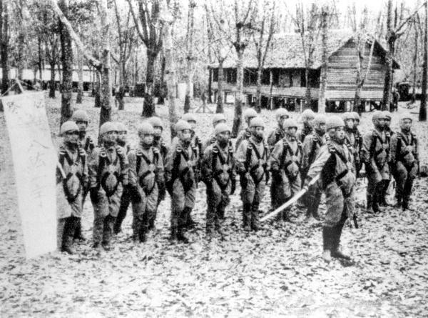 1942年、出発を前に皇居の方向に別れの遥拝をする日本陸軍の落下傘部隊=朝日新聞社発行「大東亜戦争写真全輯第1巻」より