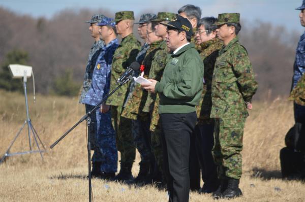 年始恒例の降下訓練後、陸上自衛隊第1空挺団を前に訓示する小野寺防衛相=1月12日、千葉県の習志野演習場