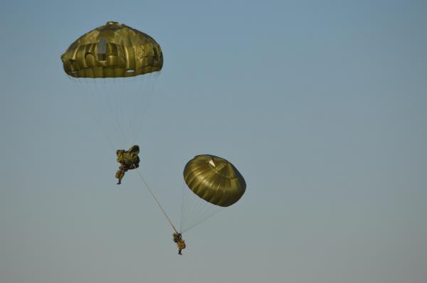 間もなく下の隊員が予備のパラシュートを開き、上の隊員と絡まったまま無事着陸した==1月12日、千葉県の習志野演習場