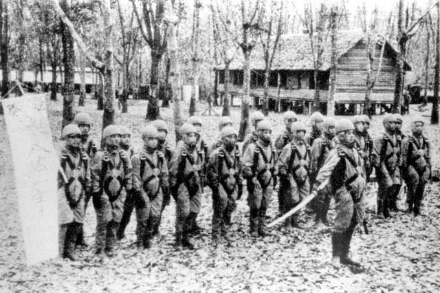 1942年、出発を前に皇居の方向に別れの遥拝をする日本陸軍の落下傘部隊==朝日新聞社発行「大東亜戦争写真全輯第1巻」より