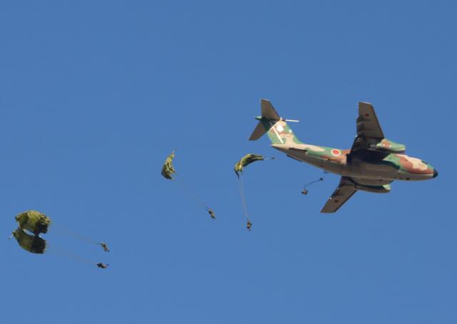 航空自衛隊のC1輸送機から続々と跳び出す空挺隊員たち=1月12日、千葉県の陸上自衛隊習志野演習場