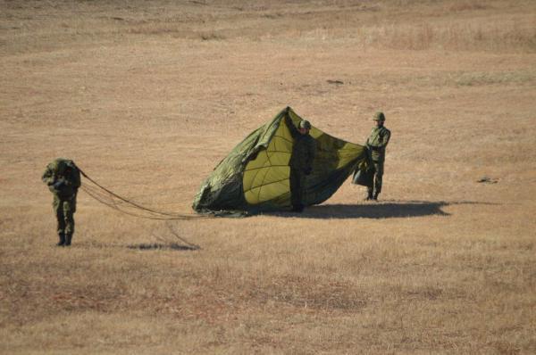 航空機から飛び出して数秒後にパラシュートが開く仕組みを示す空挺隊員たち=1月12日、千葉県の陸上自衛隊習志野演習場
