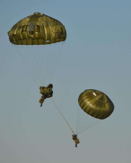 下の隊員が予備のパラシュートを開いた。その後、上の隊員と絡まったまま無事着陸した=1月12日、千葉県の習志野演習場