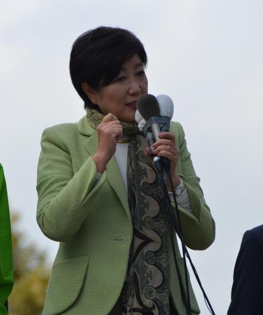 街頭演説する希望の党の小池百合子代表(当時)=2017年10月20日、札幌市中央区の大通公園