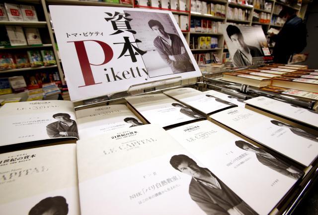 書店に陳列されるトマ・ピケティの経済書「21世紀の資本」(東京都中央区、2015年1月)
