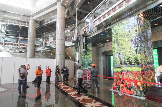 ジャカルタ証券取引所の事故が起きなかった方のビルで、崩落したものと同じ構造の中2階を調べる警察=2018年1月16日