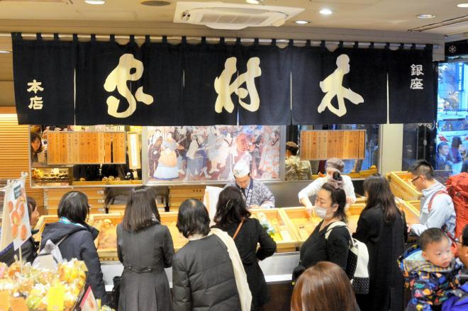 銀座木村家の店内。あんぱんを求める客であふれかえる=東京都中央区銀座4丁目