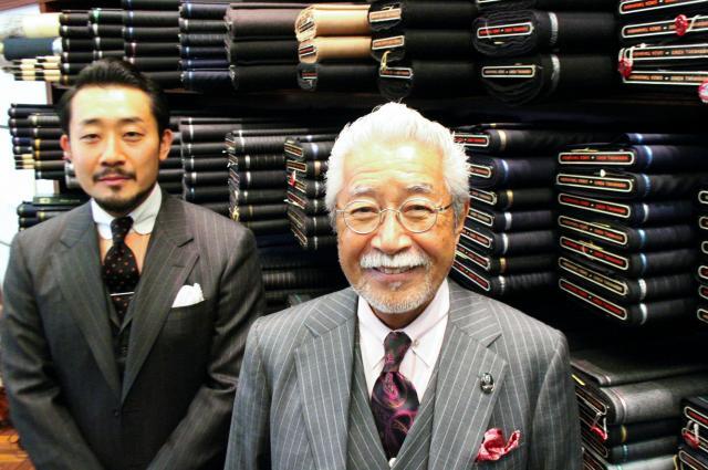 高橋純さん(右)と翔さん。1500種類以上の生地がそろう=東京都中央区銀座4丁目