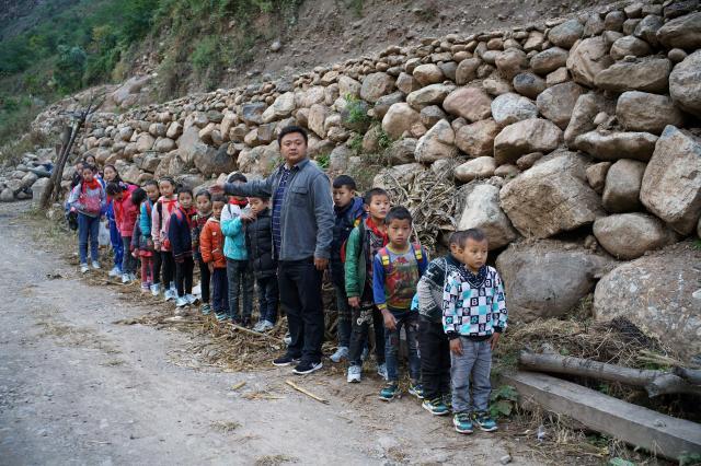 中国で最も貧しいと言われている四川省「大涼山」地域の小学生たち=2016年11月
