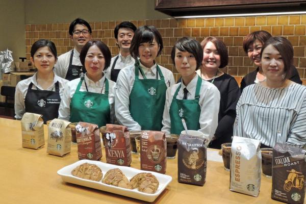 新スコーンの発案に関わったのは、緑エプロンの3人。左から渡里ひとみさん、森山藍さん、長谷美波さん