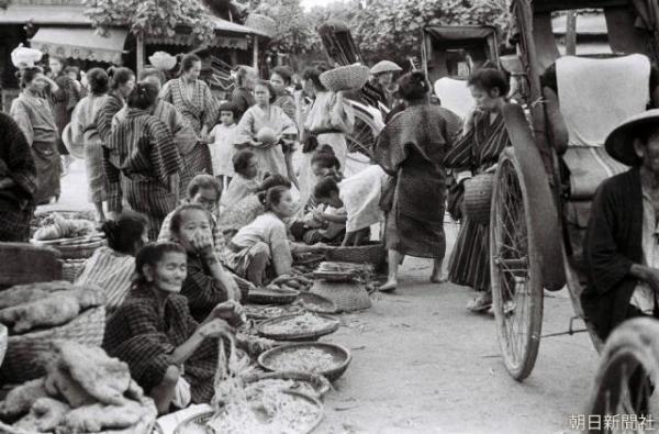 那覇市にあった市場の様子。1935年に大阪朝日新聞の藤本護記者が撮影した白黒の元画像 ※無断転載を禁じます