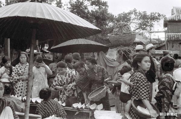戦前に現在の那覇市東町にあった「那覇ウフマチ(大市)」と呼ばれた市場の様子 ※無断転載を禁じます