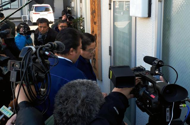 貴乃花部屋を訪ねた鏡山危機管理部長(右)らの周りには多くの報道陣が集まった=12月11日、東京都江東区