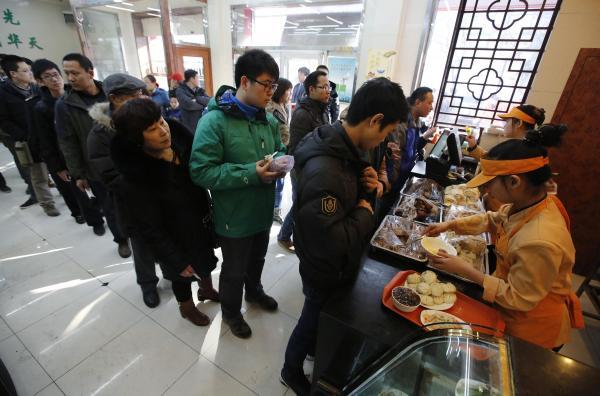 「慶豊包子」を買うために行列もできた=2013年12月29日、北京