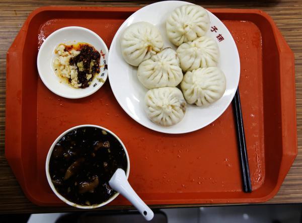 習近平主席が「慶豊包子舗」に訪れた際に食べたとされるメニュー=2013年12月29日、北京