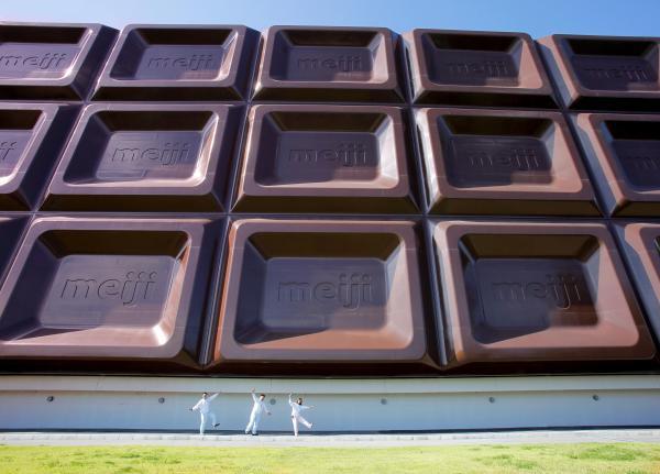 明治の大阪工場に設置されている巨大看板「ビッグミルチ」=2015年、桐本マチコ撮影