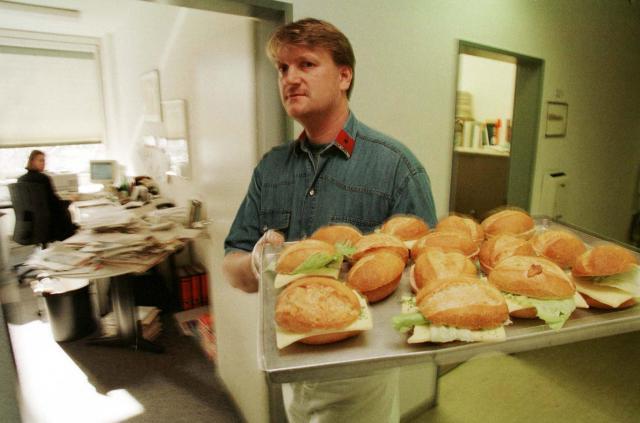 ドイツ人が好むベーカリーでもよく売られるオープンサンドイッチ=1998年3月、ボン、ドイツ