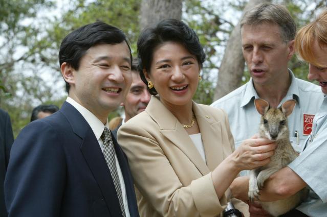 2002年のオーストラリア訪問時、タロンガ動物園でワラビーののど元を撫でる雅子さまと、ほほ笑む皇太子さま=2002年12月17日