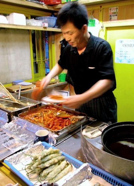 トッポッキなどの伝統韓国ファストフードを販売する男性=2002年5月、蔚山(ウルサン)、韓国