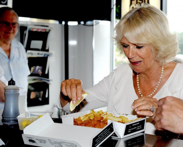 カミラ (コーンウォール公爵夫人)が「フィッシュ・アンド・チップス」のお店で食事をした=2013年7月、ブリドリントン、イギリス